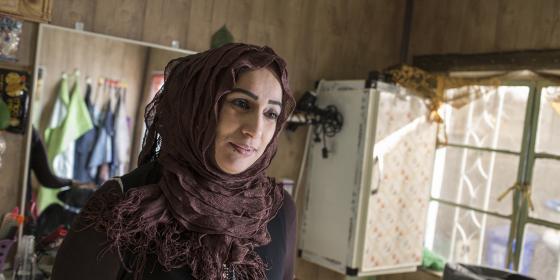 يمامة، 36 عام، أم لخمسة أطفال في صالون التجميل الذي تمتلكه وتديره في مدينة جلولاء العراق
