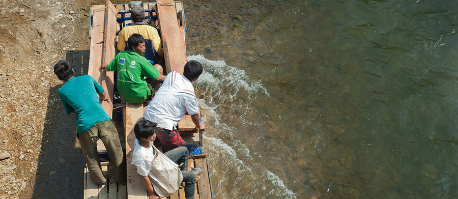 Huameuang's villagers shipping construction materials across the river. Photo: Tineke D'haese/Oxfam.