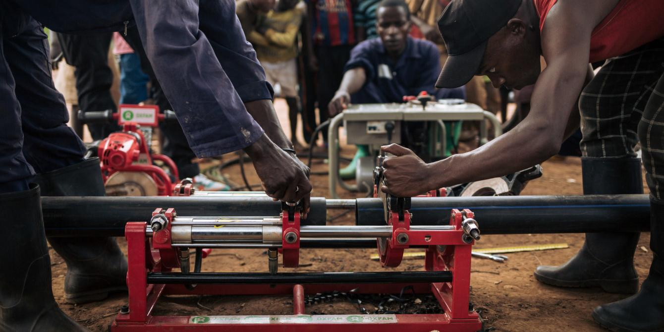 Oxfam workers assemble plastic pipes in Malinde. Alexis Huguet/Oxfam Novib
