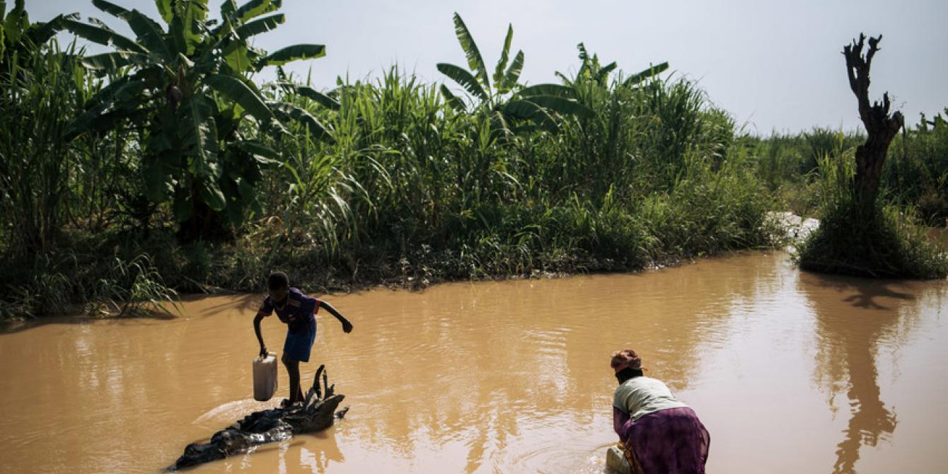 Women and children fetching water in Malinde. Alexis Huguet/Oxfam Novib