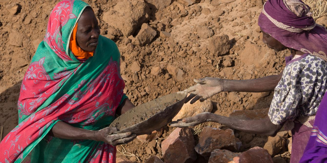 Women helping to build a local dam in Sudan as part of disaster risk reduction. Elizabeth Stevens/Oxfam