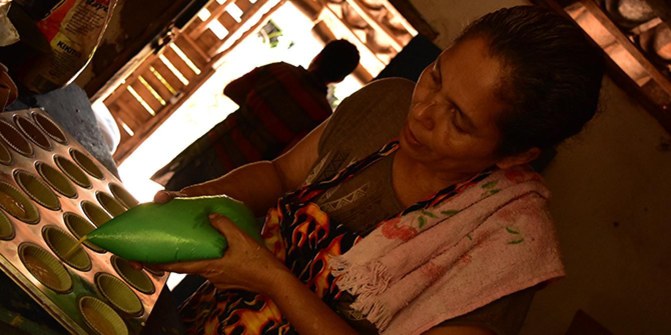 Talleres de formación contable, apoyo financiero para la compra de herramientas de trabajo y materia prima, así como apoyo técnico en el seguimiento y desarrollo de las microempresas son algunos de los beneficios que Oxfam y Cáritas Comayagua aportaron para impulsar a las microempresarias. Foto: Karen Arita / Oxfam en Honduras