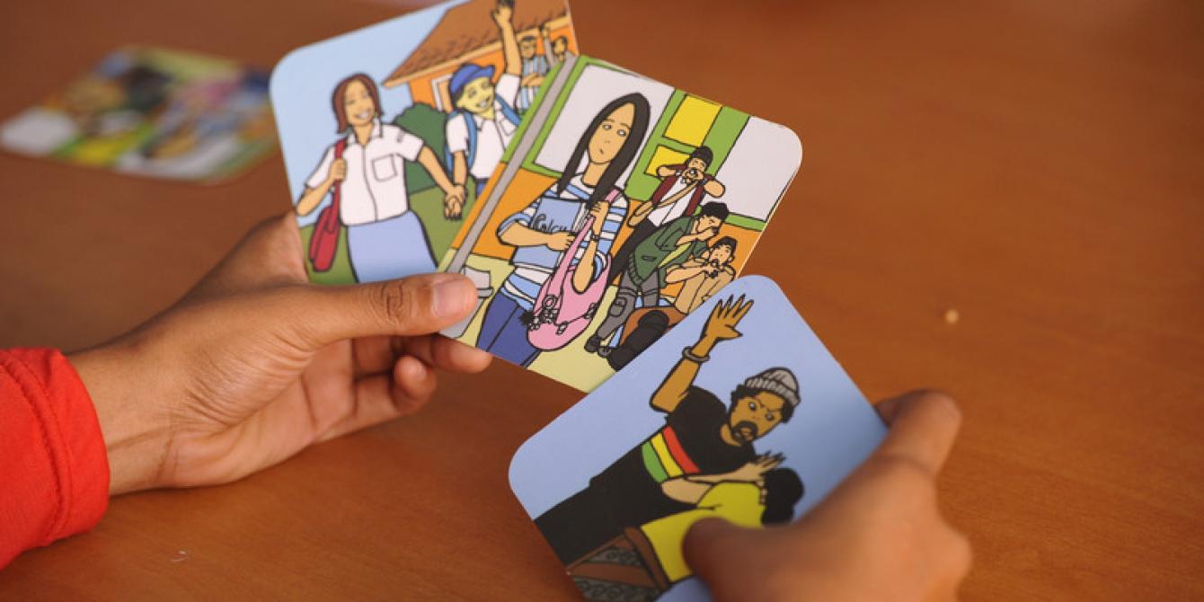 Beberapa Kartu yang diproduksi sebagai bagian dari  kampanye Program We Can untuk menghapuskan kekerasan terhadap perempuan. Foto: Lara McKinley/OxfamAUS