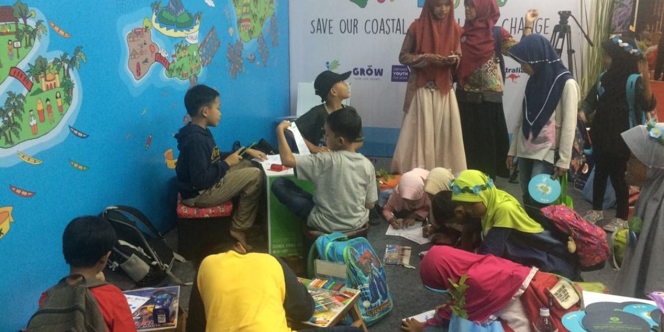 """""""Our Coastal, Our Dignity - Selamatkan Pesisir Kami Dari Perubahan Iklim,"""" Oxfam di Indonesia meraih booth terbaik dalam partisipasi Forum Perubahan Iklim Indonesia ke-7 dan Expo 2017. Foto: Oxfam"""
