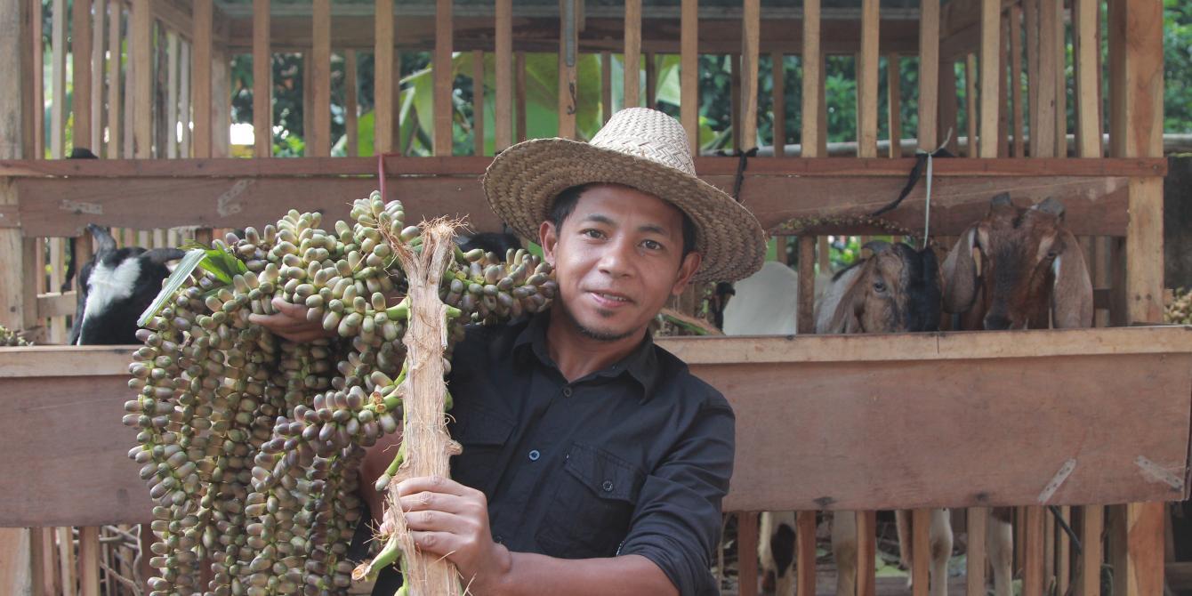 Cheper, bekerja di desanya dan menikahi istrinya ketika berusia anak kini bertekad mengajak kaum laki menghentikan kekerasan terhadap perempuan dan mengajak menunda perkawinan anak. Credit:Khaerul Azmi/Oxfam di Indonesia
