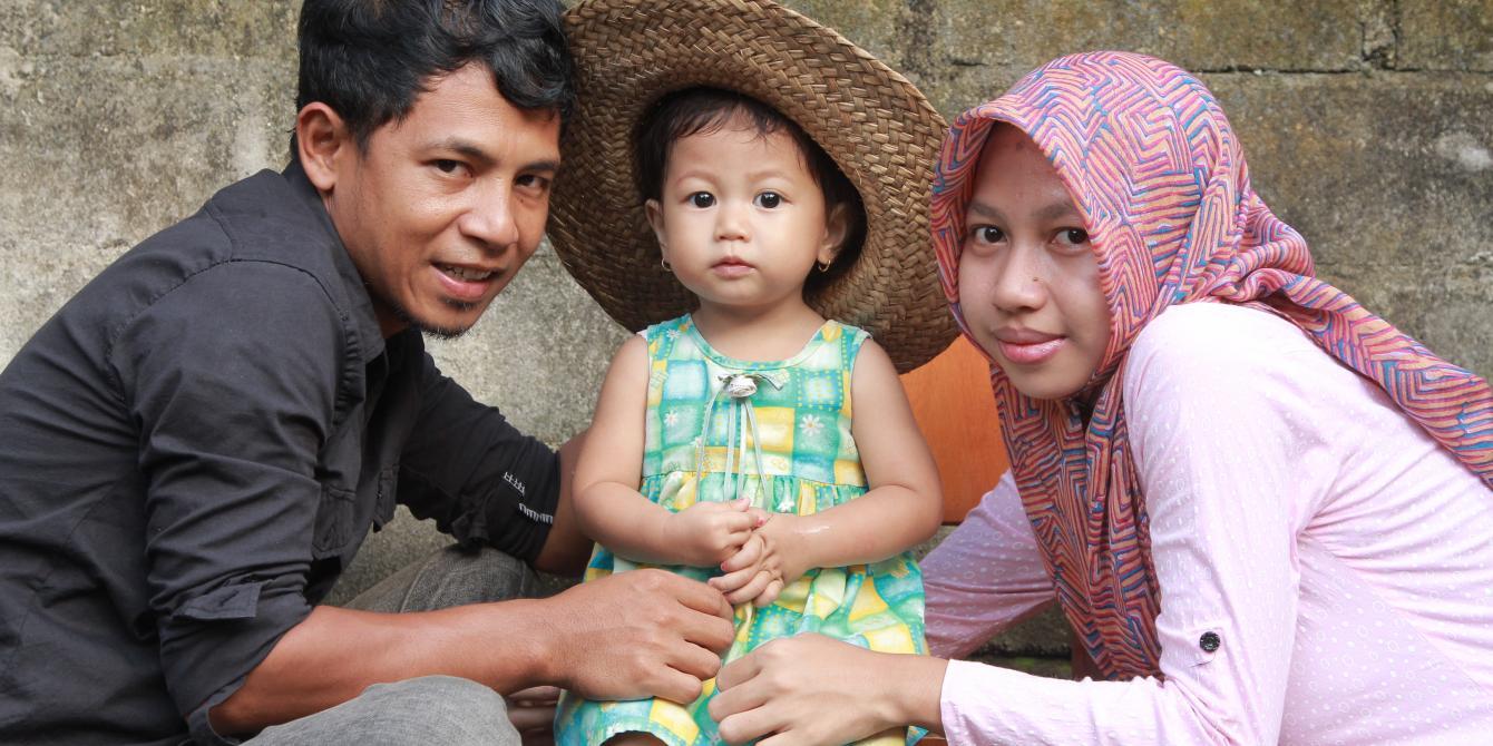 Syamsul Rizal alias Cheper dan istri bekerja berjuang di desa dan lingkungannya menghentikan kekerasan dan berkampanye menghentikan perkawinan usia anak. Credit: Khaerul Azmi/Oxfam in Indonesia