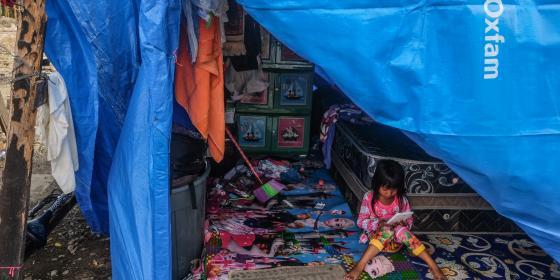 Suasana di temSeorang anak belajar dibawah tenda di Pidie Jaya paska gempa di Pidie Jaya, Aceh, Credit Foto: Eka Nickmatulhuda for Oxfam