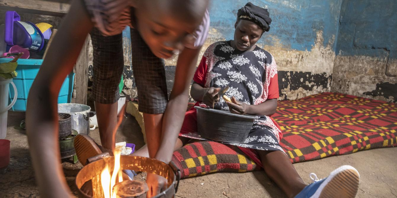 Beatrice Mbendo (right) and her eldest daughter (left) | Photo by Sven Torfinn |Oxfam Novib
