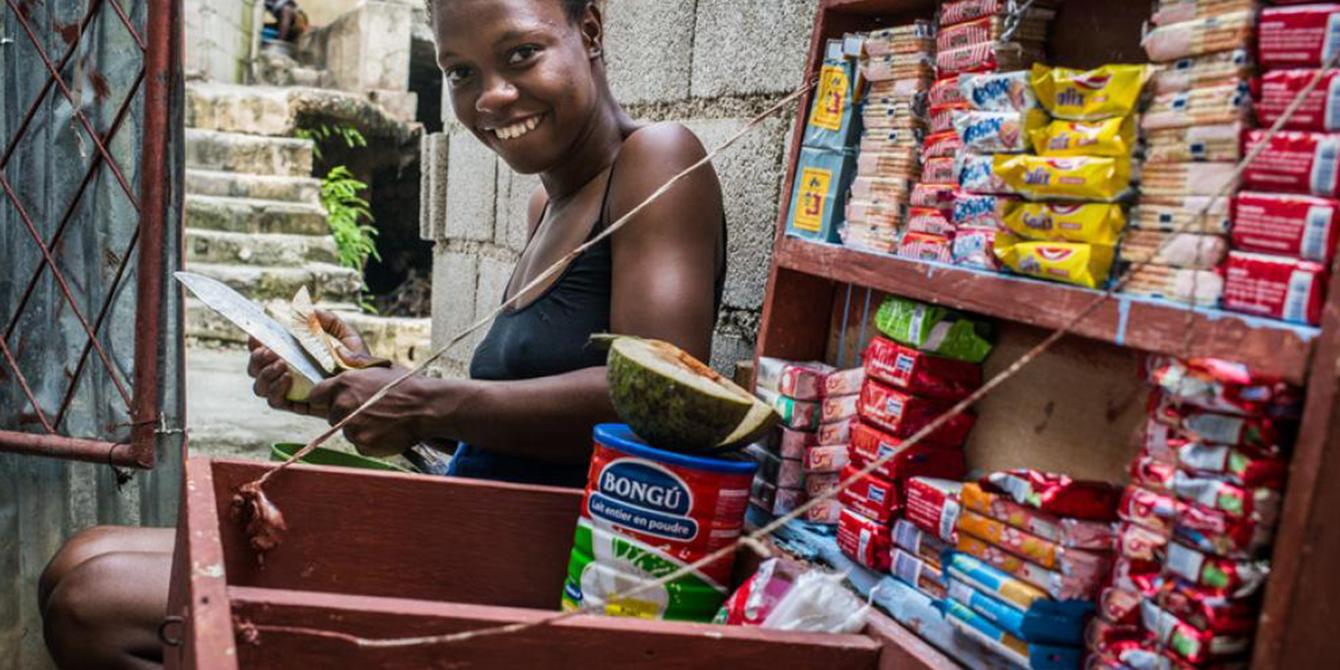 Willyne Ulisse, de 20 años, trabaja como vendedora, en el barrio de Croix Desprez, en Puerto Príncipe, Haití.