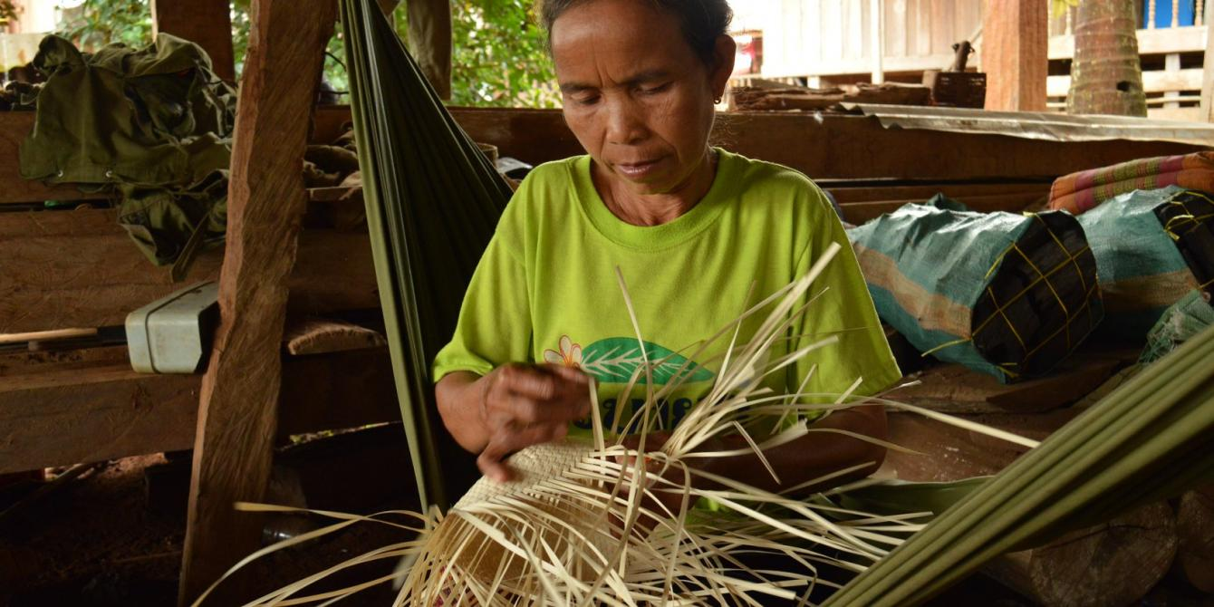 Basket weaving with talipot - Photo by:  Thome, Oxfam in Laos