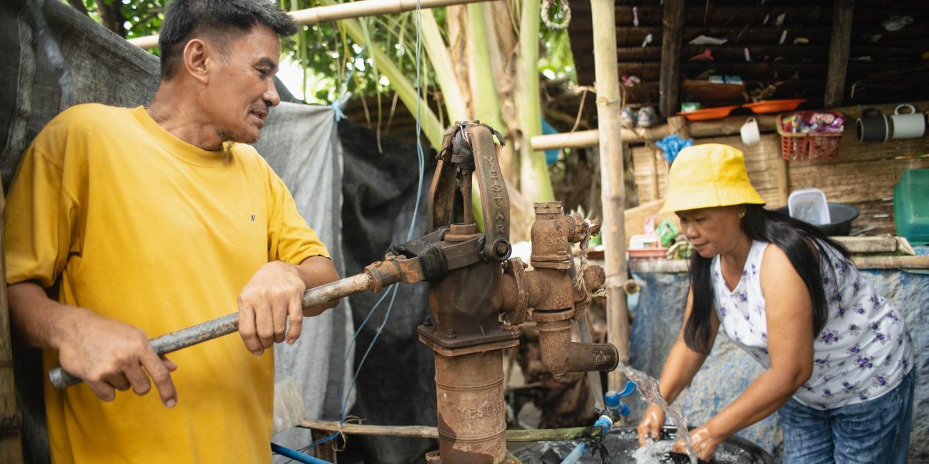 Johnny and Juanita Paz share housework such as washing the clothes in Datu Abdullah Sangki, Maguindanao. (Photo: Princess Taroza/Oxfam)
