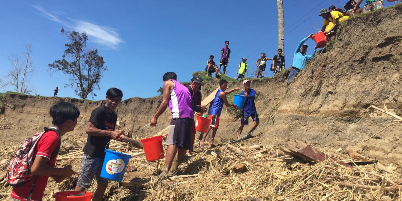 Locals form human chain to bring supplies to higher ground in Brgy. Lipatan, Cagayan (Photo: April Bulanadi/Oxfam)