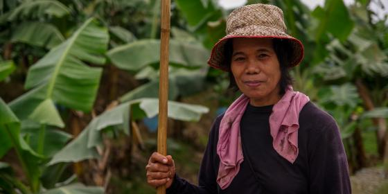 Rosario Agabon, 56, has been working in a plantation over the last three years de-leafing bananas. (Photo: Larry Piojo/Oxfam)