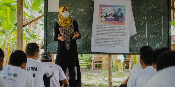 Norhaimin Omar, a youth MMH champion, teaches students the importance of cleanliness in Dar Al-Ziker Holy Qur'an Memorization Center at Shariff Saydona Mustapha, Maguindanao. (Photo: Princess Taroza/Oxfam)