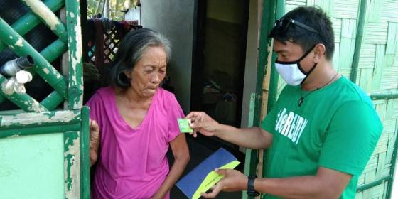 House-to-house card distribution in Brgy. Bugak (Photo: Myleen Ogana/PDRRN)