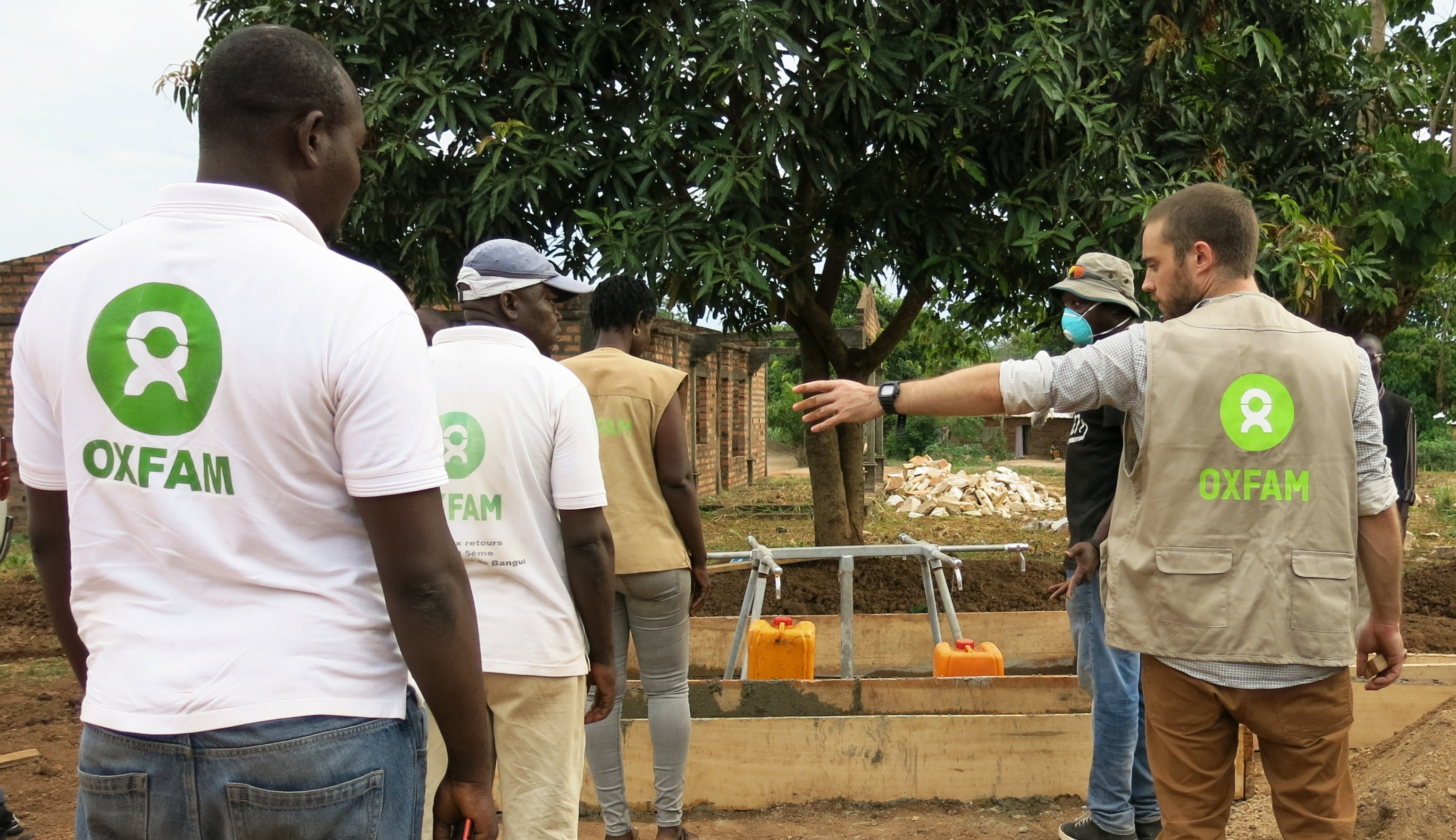 5 mai 2020 - L'équipe Oxfam simule des files d'attente à un point d'eau en construction, afin de s'assurer des mesures de distanciation sociale pour éviter la propagation du coronavirus. © Aurélie Godet/Oxfam RCA