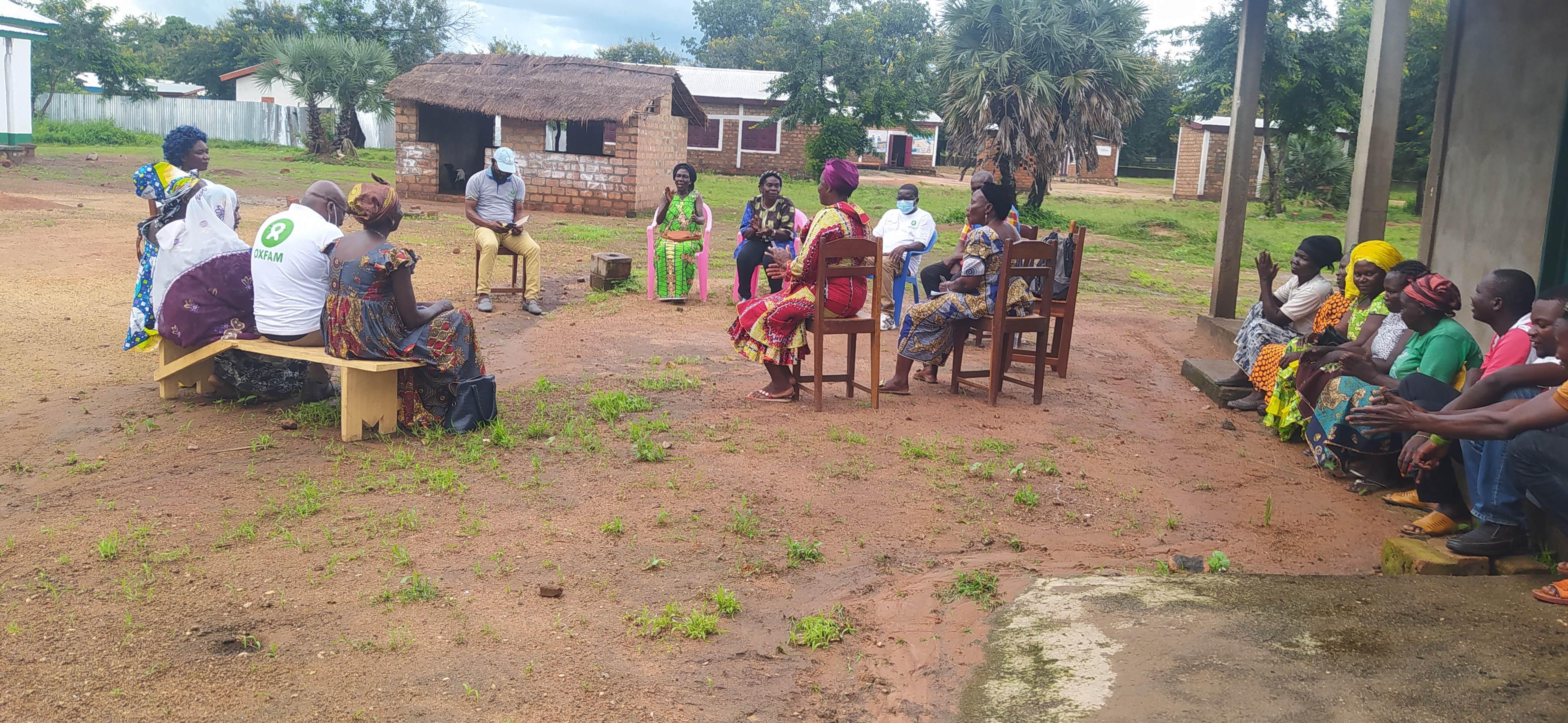 Discussion avec les membres de FARDEP à Paoua Centre. Photo/ Oxfam