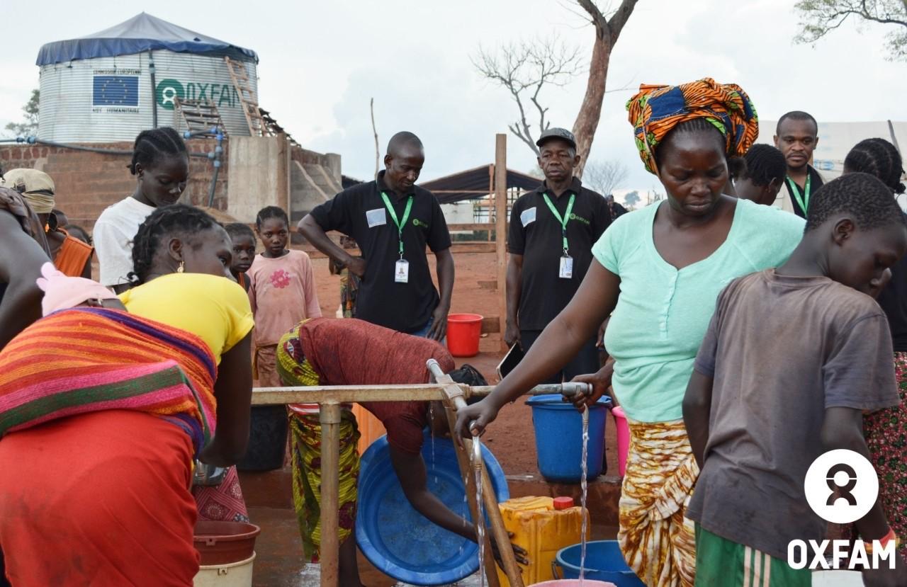 18 juillet 2019 - Une équipe veille au bon fonctionnement d'un point d'eau. Le réseau gravitaire installé par Oxfam permet de fournir de l'eau aux 50 000 déplacés du site PK3 de Bria, dans le centre de la RCA. © Aurélie Godet/Oxfam