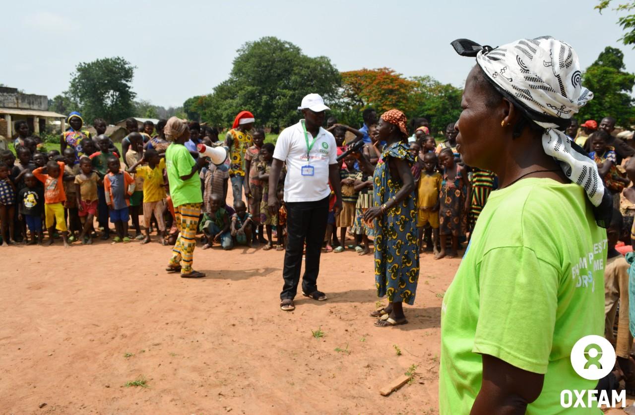 Une sensibilisation sur les femmes stigmatisées suite à un viol est organisée par le comité de protection de Sylvie à Batangafo, dans le nord-ouest de la RCA. © Aurélie Godet/Oxfam