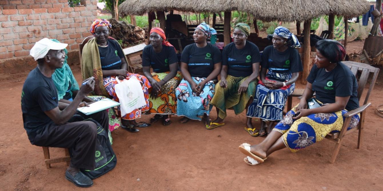 Un comité de protection communautaire fait le point de la semaine à Bria, dans le centre de la RCA. Soutenu par Oxfam, il a été mis en place pour protéger les civils des agressions, viols, ou autres formes violences. © Aurélie Godet/Oxfam