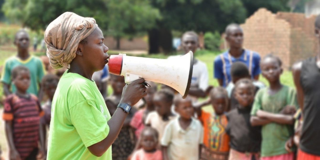 Sylvie NGONDA, 30 ans, anime une sensibilisation sur les femmes stigmatisées à la suite d'un viol à Batangafo, dans le nord-ouest de la RCA. Soutenue par Oxfam, elle aide les victimes d'agression et fait sortir les combattants de la brousse. © Aurélie Godet/Oxfam