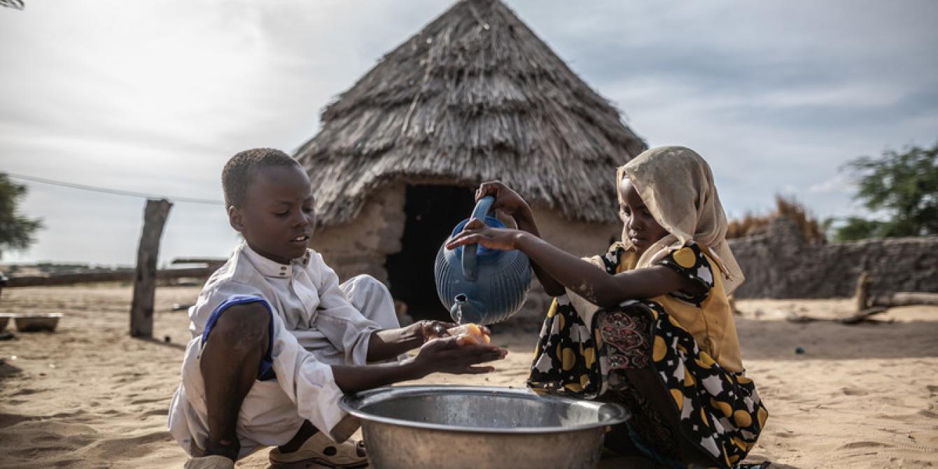 Mahamat et Sara bénificient de la réhabilitation de deux puits d'eau et de l'installation d'une citerne par Oxfam au sein de leur communauté de Kamkalaga au Tchad. Crédit : Pablo Tosco / Oxfam