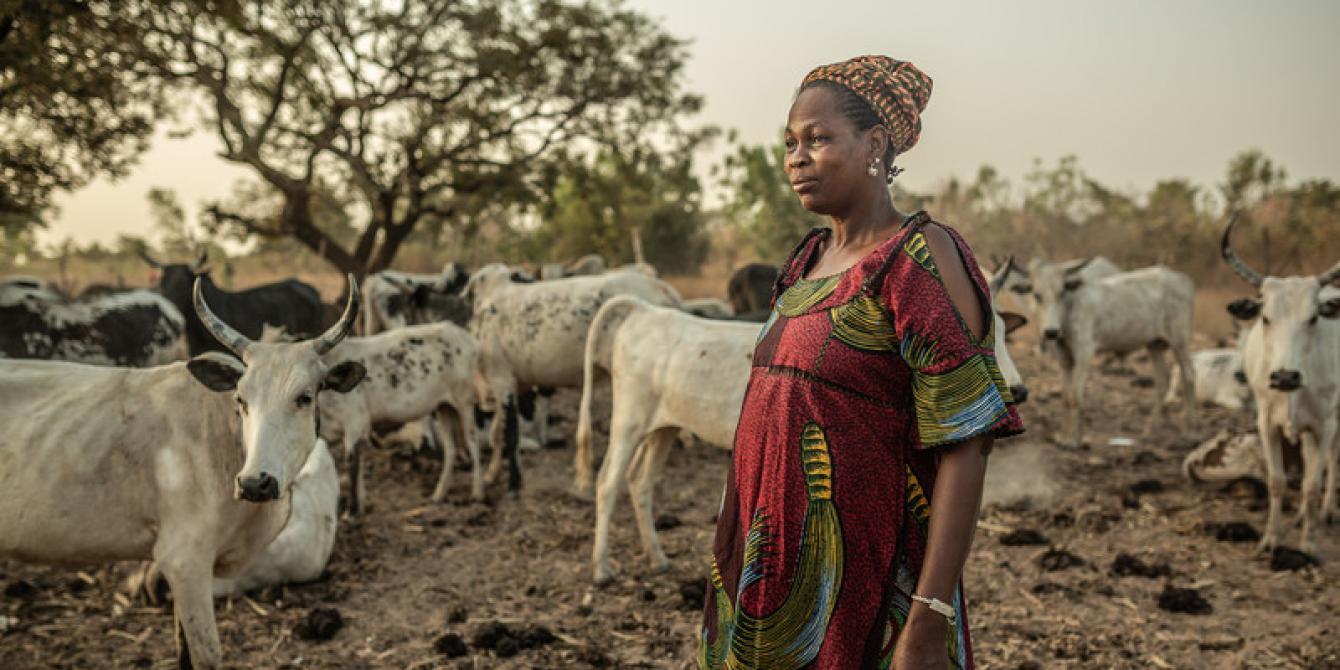 Fatoumata est une fermière laitière qui parcourt chaque jour 20 km en vélo pour vendre son lait au marché et celui de sa communauté de Koto Dougo, au Burkina Faso. Crédit : Pablo Tosco / Oxfam