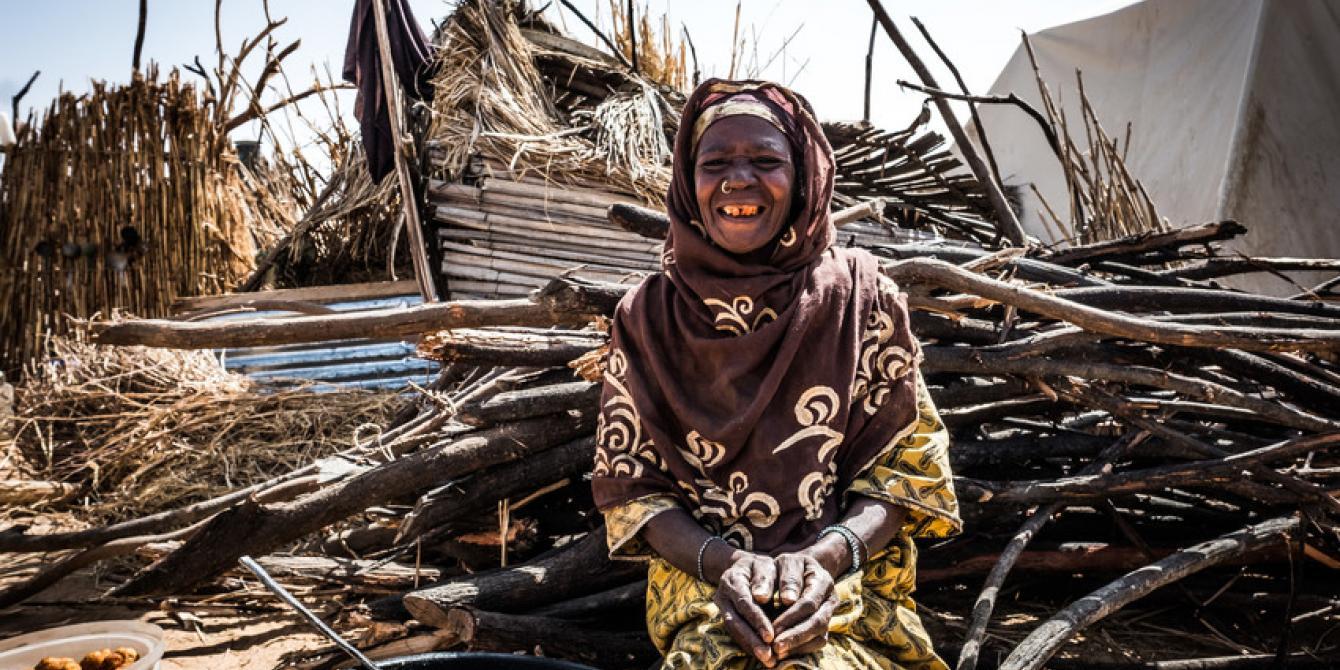 Au Camp Diffa, Gamsouram Mamadou (60 ans), comme beaucoup d'autres femmes, a reçu de l'argent pour acheter de la nourriture et démarrer une petite entreprise grâce au programme de subventions en espèces. Crédit: Toma Saater / Oxfam
