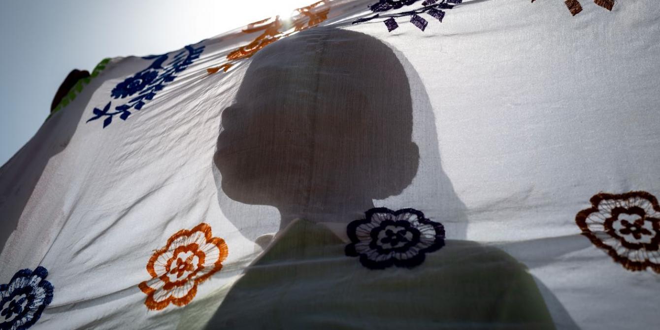 Une femme déplacée sur le site de Kaya au Burkina Faso. Crédit : Sylvain Cherkaoui / Oxfam