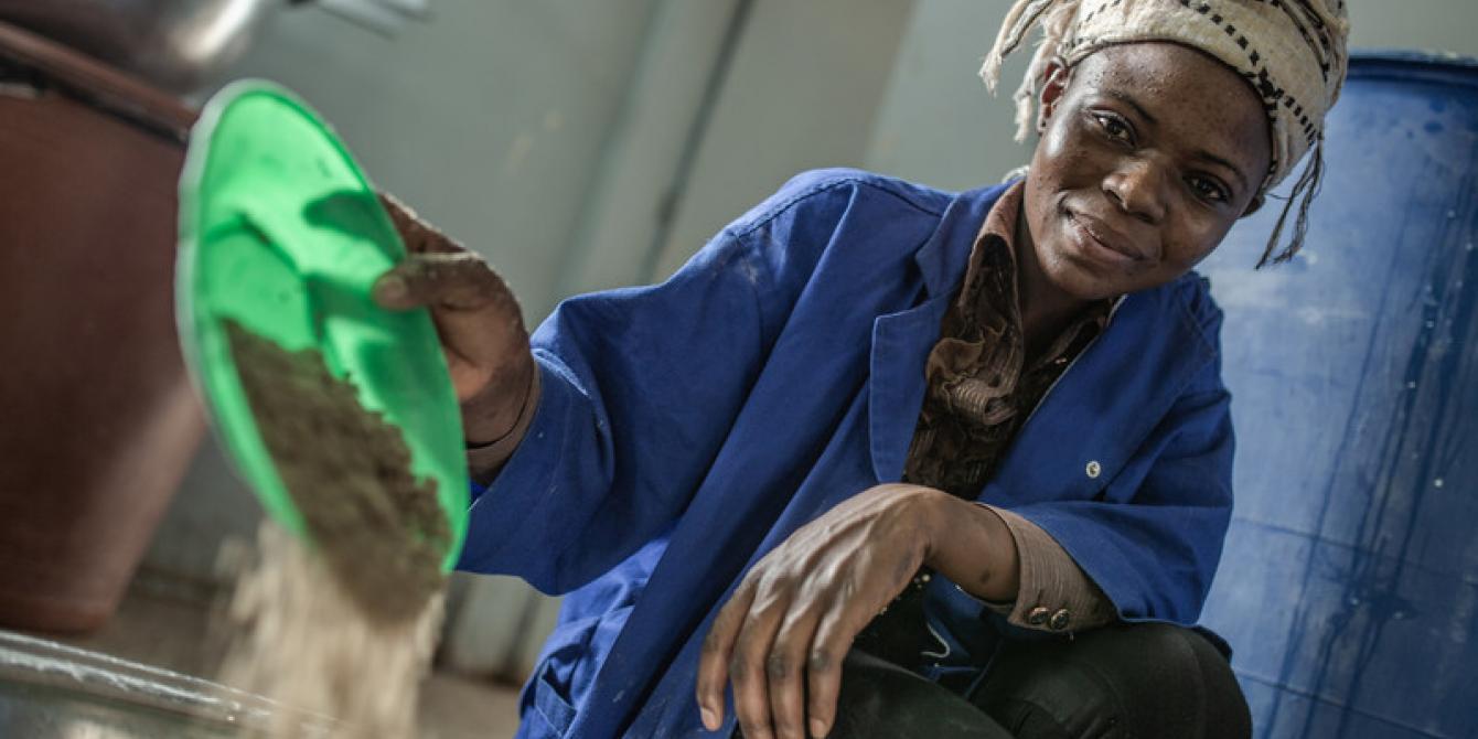 Une employée de la laiterie Kossam de l'ouest, soutenue par Oxfam, transforme le lait local en poudre.