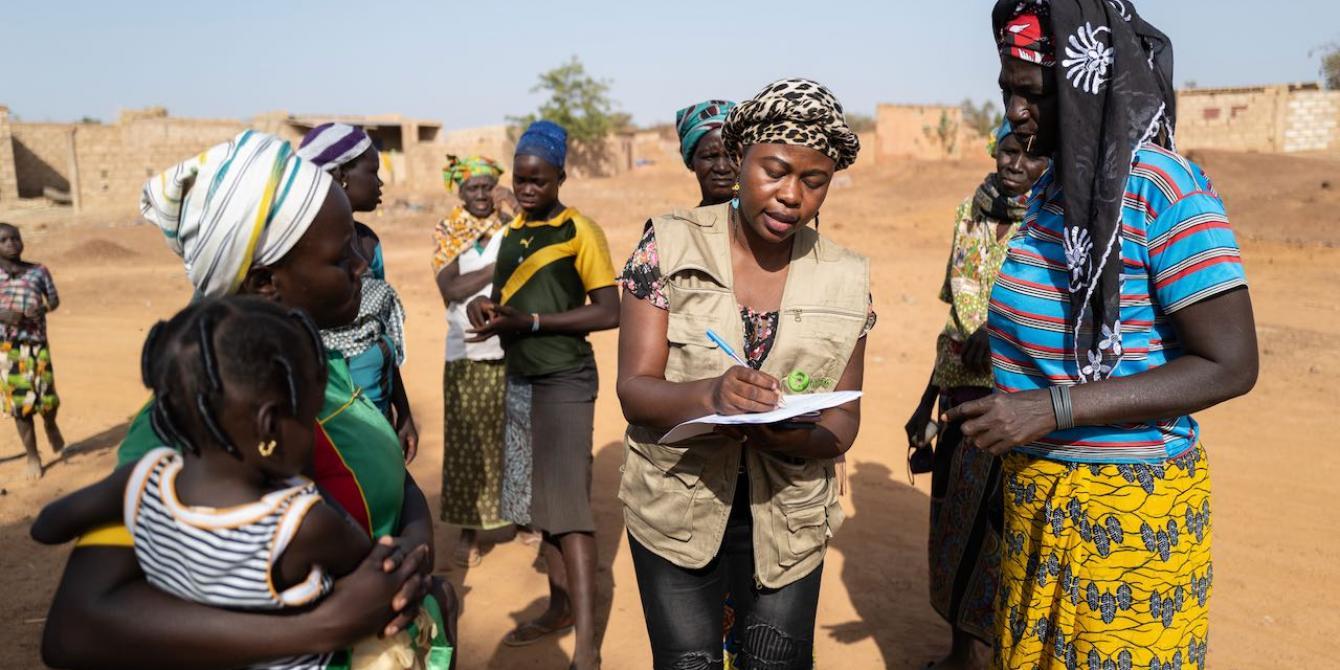 Syntyche talks with displaced women in Burkina Faso. Credit : Sylvain Cherkaoui / Oxfam
