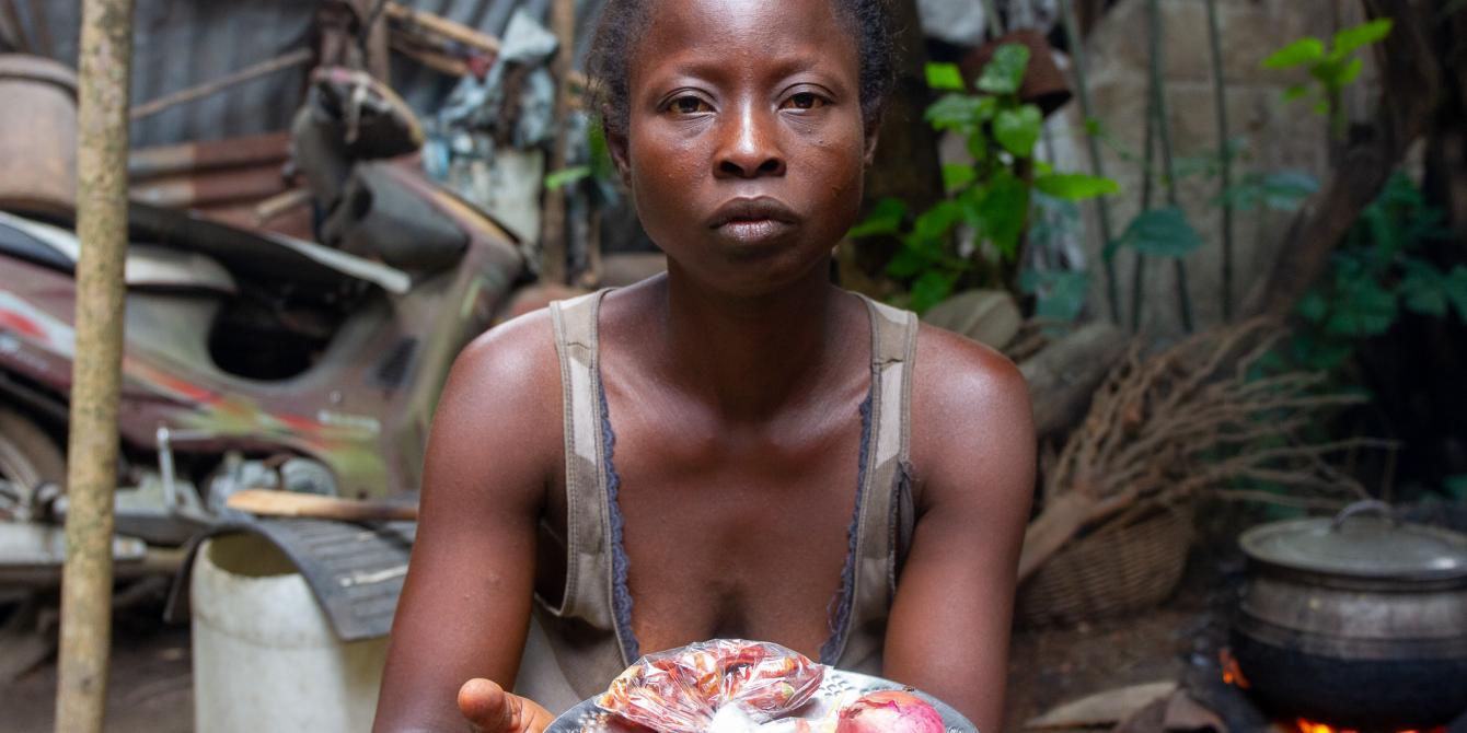 A cause de la COVID-19, Florence et son mari ont perdu leur emploi et se nourrissent uniquement de pâte de maïs. Crédit: Alokpa Kodjovi/ Oxfam