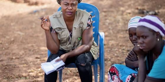 Une employée d'Oxfam au Burkina Faso discute avec des femmes déplacées. Crédit : Sylvain Cherkaoui / Oxfam
