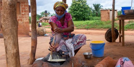 Tantanon*cooking in the commune of Tori, neighborhood of Aklome in the south of Benin. Credit : Alokpa Kodjovi / Oxfam